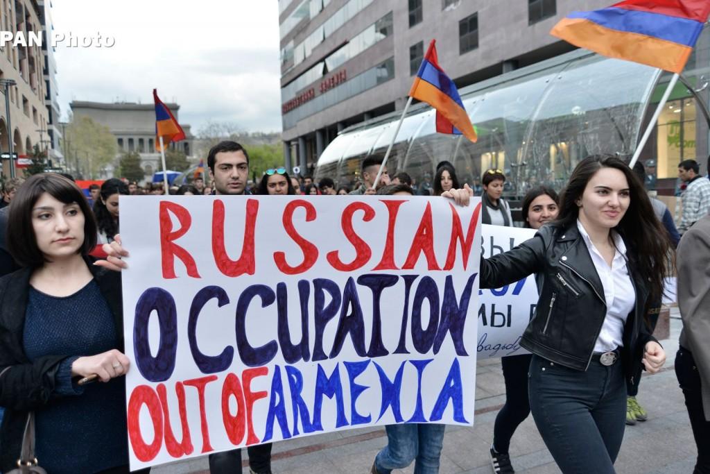 ցույց Ռուսական դեսպանատան դիմաց, պաստառին պահանջ՝ «Հայաստանից դուրս հանվեն օկուպացիոն ռուսական զորքերը», ապրիլի 13, 2016թ