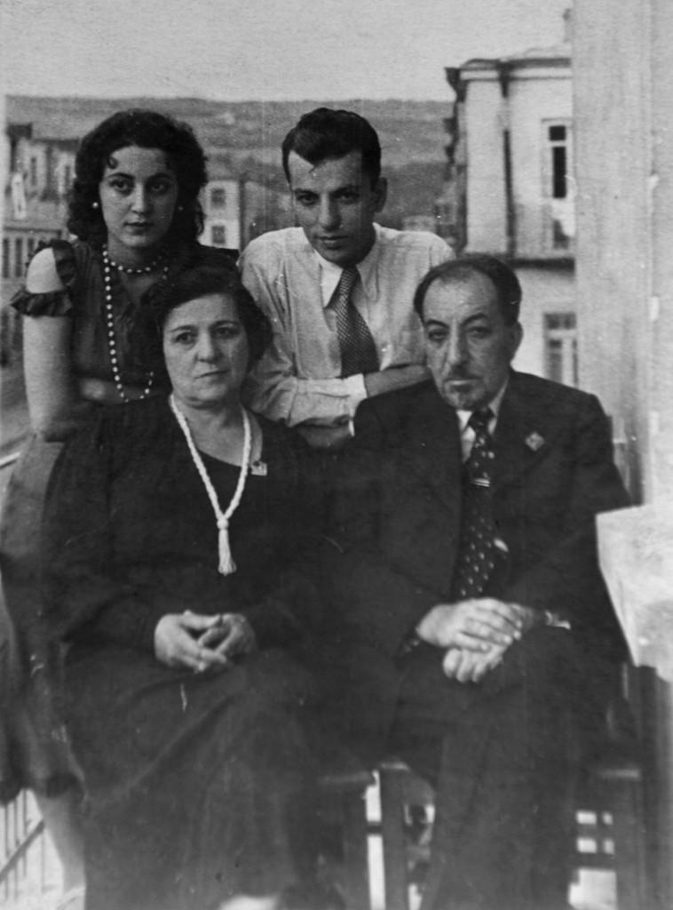 Ղուկասյան փողոցի  11 տան պատշգամբում Իսահակյանի ընտանիքը՝ տիկին Սոֆիկը, որդին՝ Վիգենը, հարսը՝ Իզաբելլան, Երևան, 1938