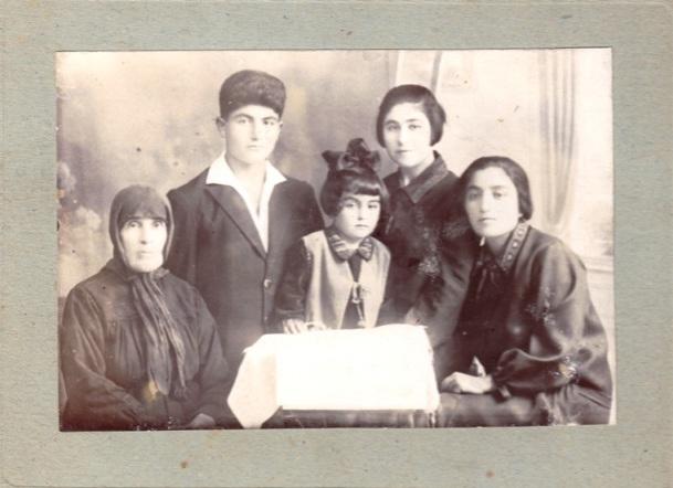 նկարի հետևի մակագրութիւնը. Տատիկսէ Էջո՝ Նարդուհի Զեննեյան, Վարգես Անդրեասյան, Բյուրակն Չերազ, Լիզա Մրիկյան, մայրս՝ Վարդանույշ