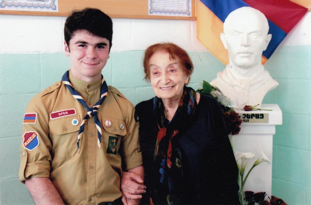 2014 հունիսi 7. խատանի սկաուտը և մայրս՝ Բյուրակն Անդրեսեանը հոր՝ Վահան Չերազի կիսանդիրրի մոտ Գյումրիի մանկավարժական ինստիտուտում