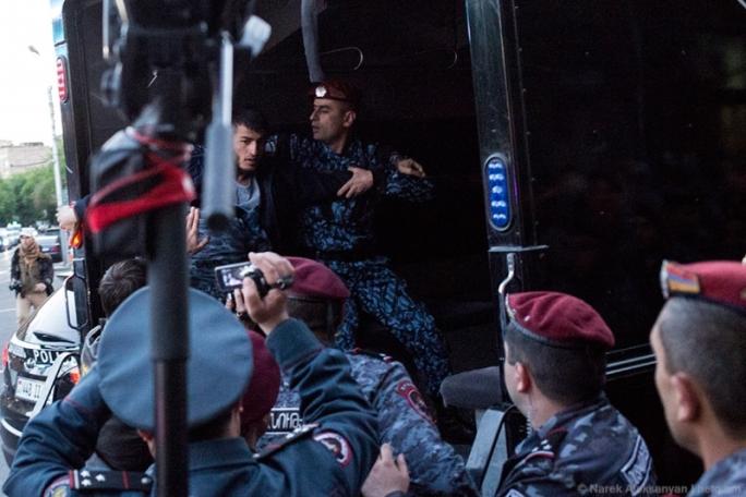 Ապրիլի 21-ին ոստիկանները ցրում են ցույցը, որն ուղղվում էր նախագահի նստավայրի դեմ