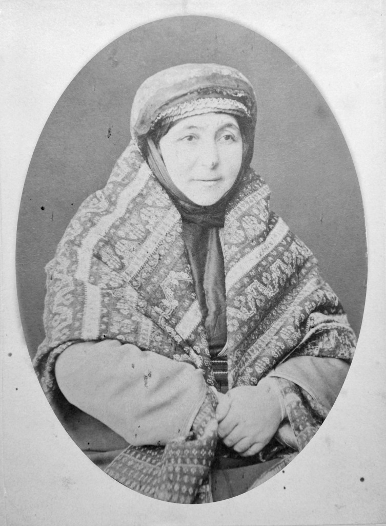 Իսահակյանի մայրը՝ Ալմաստ խանումը