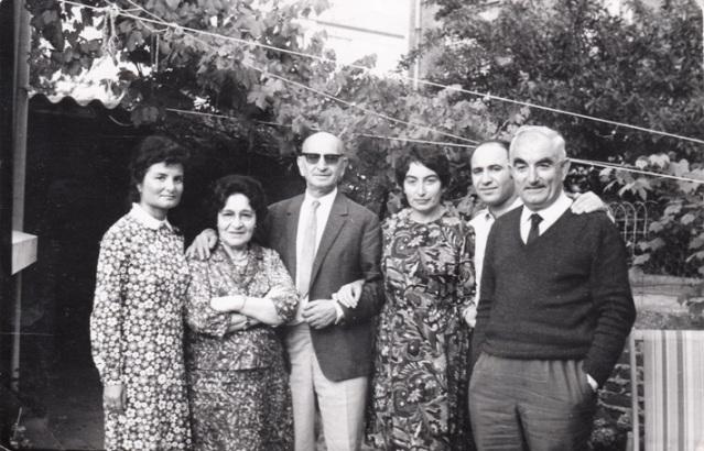 Փարիզ. ձախից՝ Շուշանիկ, Գեղուհի և Արամ Դեդեաններ, Բիւրակն, Ժիրայր Դեդեան, Վազգէն Անդրեասեան