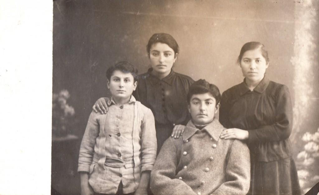 Ձախից երկորդը Վարդանուշը, մյուսը՝ եղբայրը Վարդգեսը